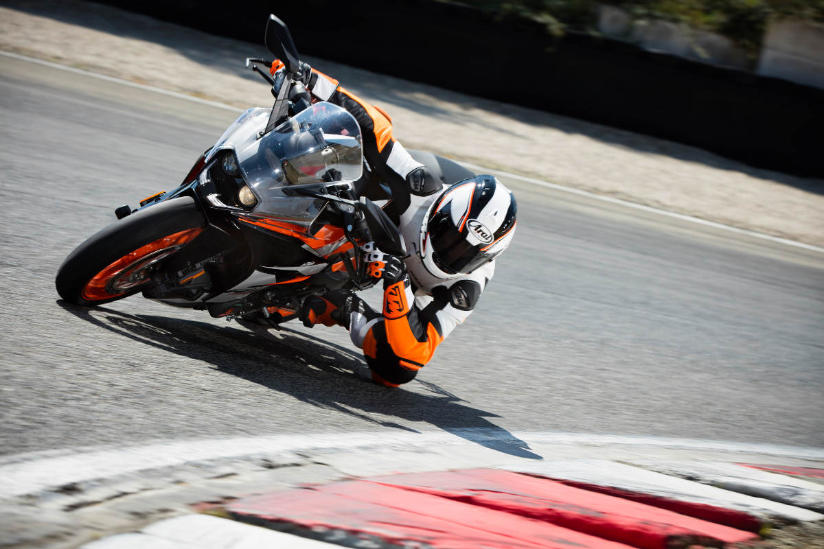 2017 KTM RC 390_Action 02