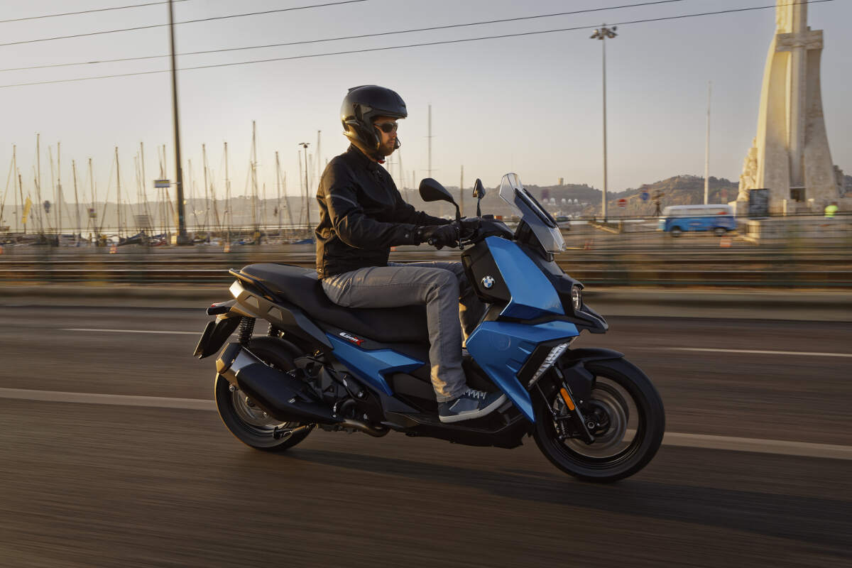 2018 BMW C 400 X Scooter Action 2