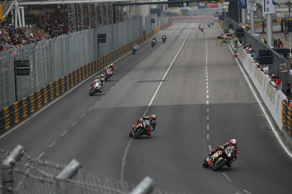 Michael Rutter Leads The 2018 Macau GP From Eventual Winner Peter Hickman